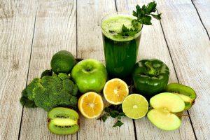 gesunde Drinks und Früchte in grüpn